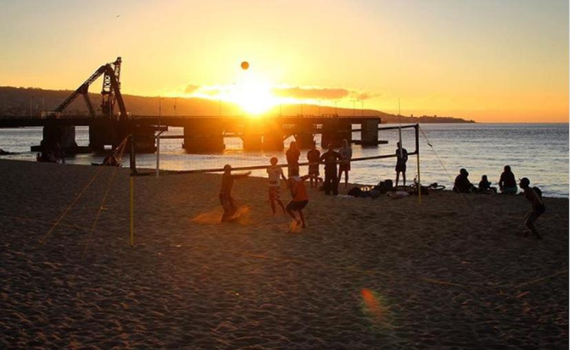 Las playas de la bahía de Acapulco lucieron repletas de turistas. (@framecapture/Instagram).