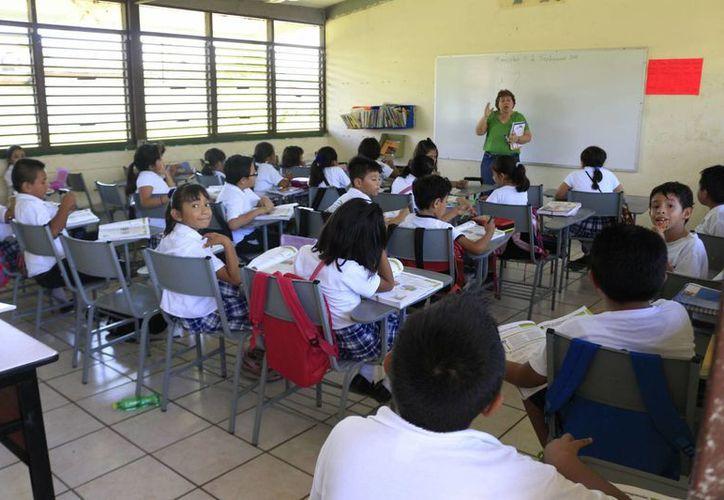 El pago de los sueldos de los maestros será asumido a partir de enero de 2015 por el FONE. (Harold Alcocer/SIPSE)