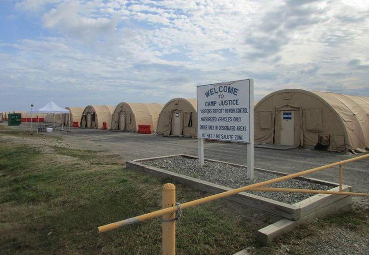 Imagen que muestra el exterior del Campo 6 en el centro de detención de la base de la Marina de Estados Unidos en la bahía de Guantánamo, en Cuba, donde Washington tiene 59 presos, incluyendo 22 que quedarán en libertad. (AP/Ben Fox)