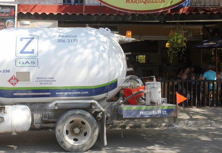 Protección Civil sancionará a las empresas que surtan gas para tanques estacionarios de comercios en horario de atención al público. (Daniel Pacheco/SIPSE)