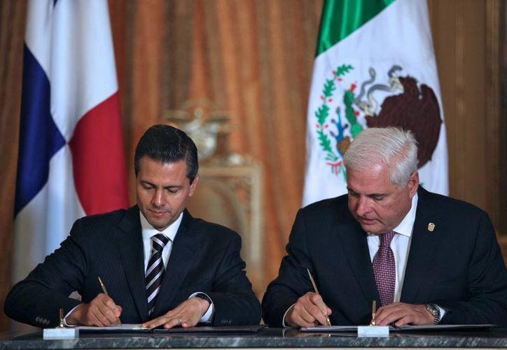 Peña Nieto con su homólogo, Ricardo Martinelli, en Panamá. (Notimex/Foto de archivo)