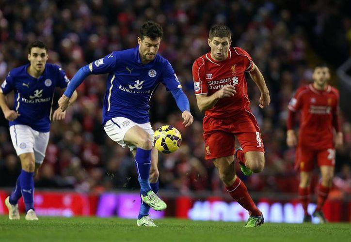 Steven Gerrard (d) y David Nugent disputan el esférico en partido entre Liverpool y Leicester dentro de la Premier League este 1 de enero. (Foto: AP)