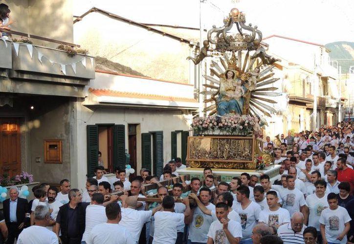 Procesión religiosa en Oppido Mamertina, en la región de Calabria, el miércoles 2 de julio de 2014.  (Foto AP/Toni Condello)