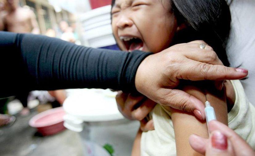 Una niña filipina recibe una vacuna contra el sarampión en un centro sanitario de Manila, Filipinas. (EFE)