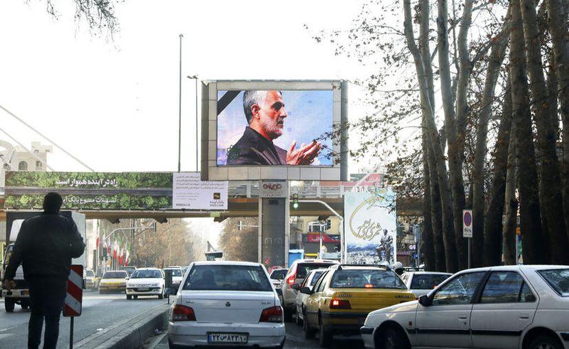 Una fotografía del general iraní Qassem Soleimani, asesinado en Irak por un dron estadounidense, es mostrada en una pantalla en el norte de Teherán, Irán, el jueves 9 de enero de 2020. (AP Foto/Vahid Salemi)