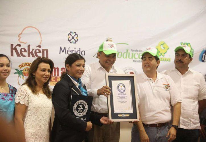 El gobernador Rolando Zapata Bello recibió el certificado oficial por parte de  la representante del Guinness Record, Evelyn Carrera. (Amilcar Rodríguez/Milenio Novedades)