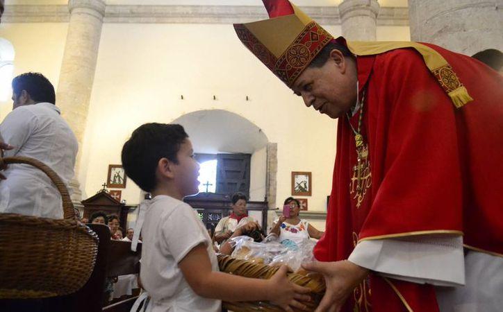 El Arzobispo de Yucatán ofició una misa al gremio de panaderos y convivió con ellos en la Catedral de Mérida. (SIPSE)