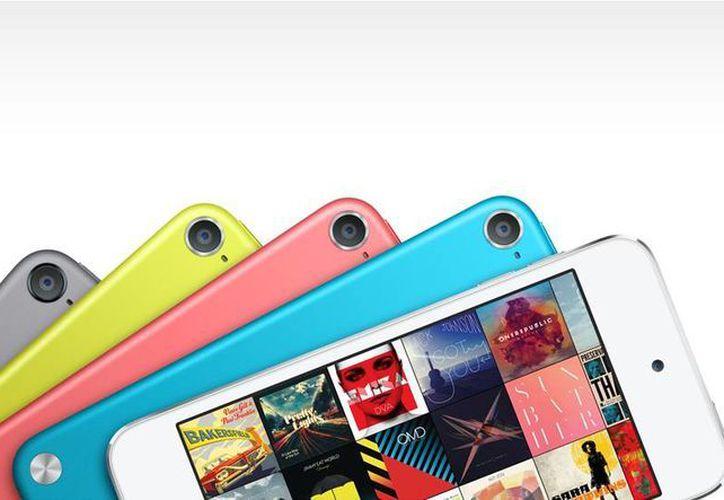 En nuevo iPod Touch cuenta con brillantes colores y novedades como su cámara iSight y los audífonos EarPods. (apple.com)