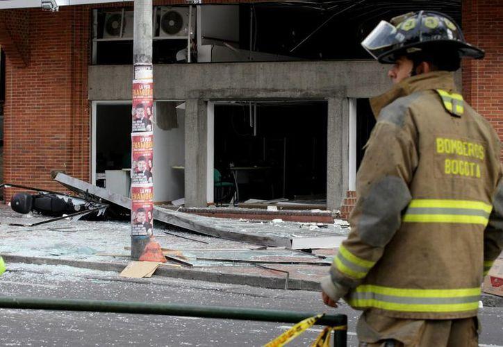 Un bombero se observa en uno de los lugares donde se registró una explosión el pasado 2 de julio en Bogotá, Colombia. (EFE/Archivo)