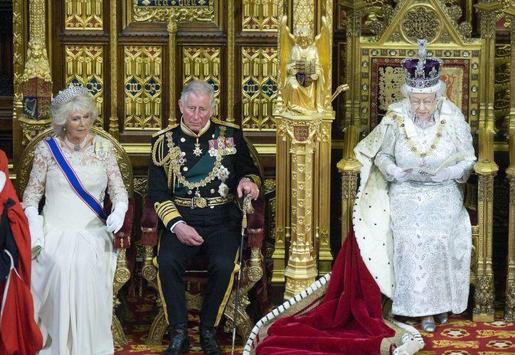 La monarca estuvo acompañada del Príncipe Carlos y la Duquesa Camilla. (Agencias)