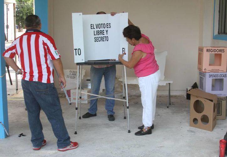 La fragilidad de las mamparas causó contratiempos en casillas del poniente de Mérida. (César González/SIPSE)