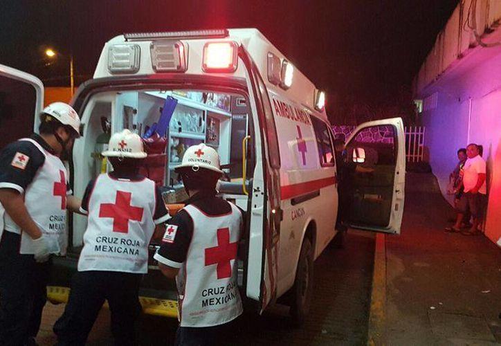 Paramédicos de la Cruz Roja lo trasladaron al Hospital General. (Eric Galindo/SIPSE)