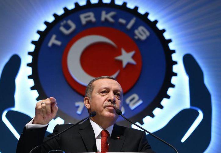 Hasta ahora Turquía no ha adoptado contramedidas en respuesta a las sanciones rusas impuestas por el derribo de un avión militar de Rusia. Imagen del presidente de Turquía, Recep Tayyip Erdogan, durante una reunión sindical en Ankara. (Agencias)