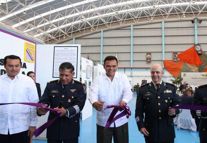 El Ejecutivo estatal, junto con autoridades civiles y militares, inauguró la exposición 'Breve historia gráfica de la Fuerza Aérea Mexicana'. (Cortesía)