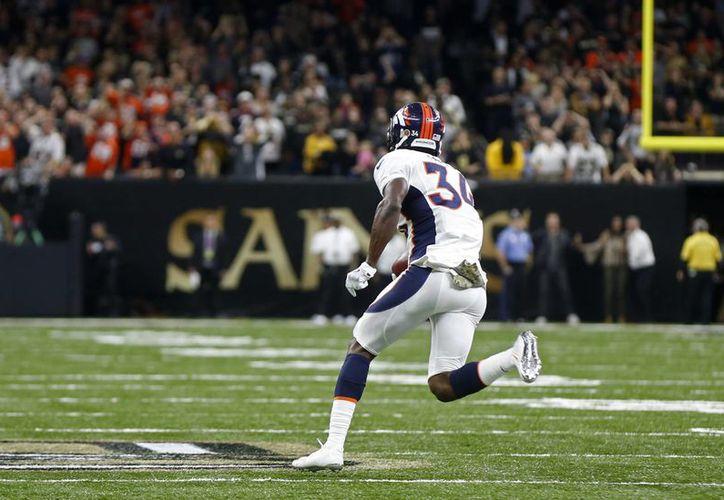 El elemento de Broncos, Will Parks, recuperó un balón bloqueado y lo devolvió alrededor de 84 yardas hasta la zona de anotación, lo que le dio la victoria a Denver. (AP)