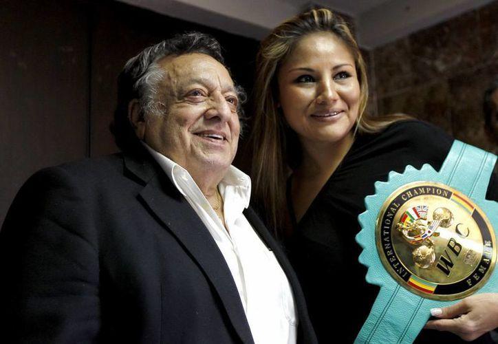 Del mismo modo, Sulaimán (i) se encargó de proyectar y dignificar el boxeo femenil en México. (Archivo Notimex)