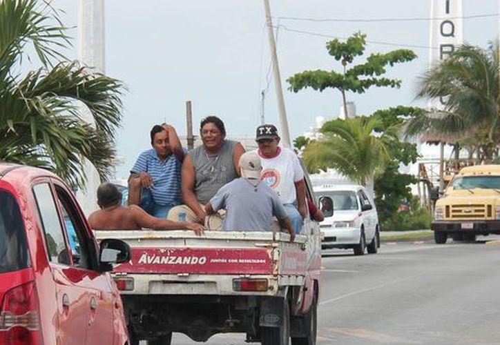 Algunos de los vehículos que usa el ayuntamiento circulan sin placas.  (Gustavo Villegas/SIPSE)