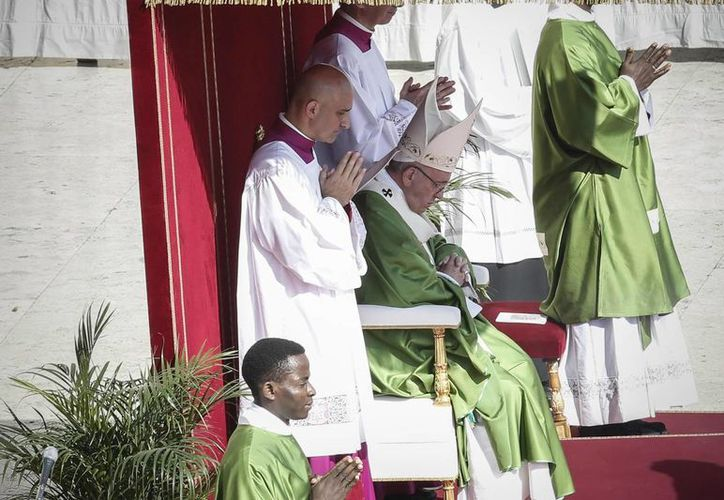 El Papa Francisco manifestó hoy su apoyo al 'compromiso de la Iglesia y la sociedad civil' mexicanas 'a favor de la familia y la vida' después del tradicional rezo del Ángelus en la Plaza de San Pedro. (EFE)