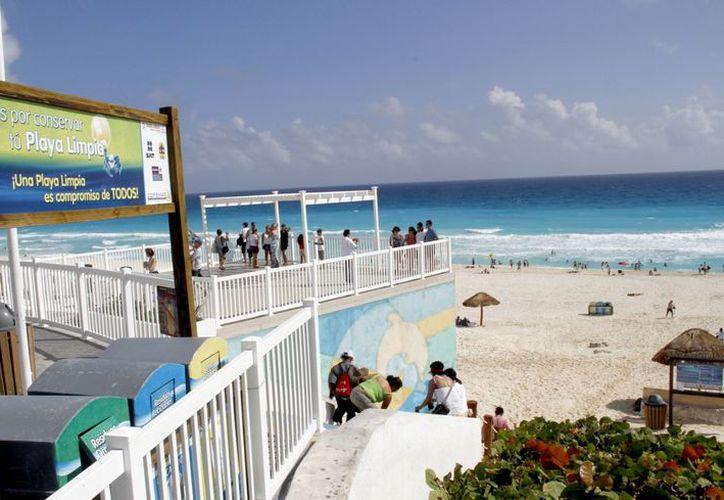 Playa Delfines es la playa de Cancún que presenta el mayor número de visitantes. (Israel Leal/SIPSE)
