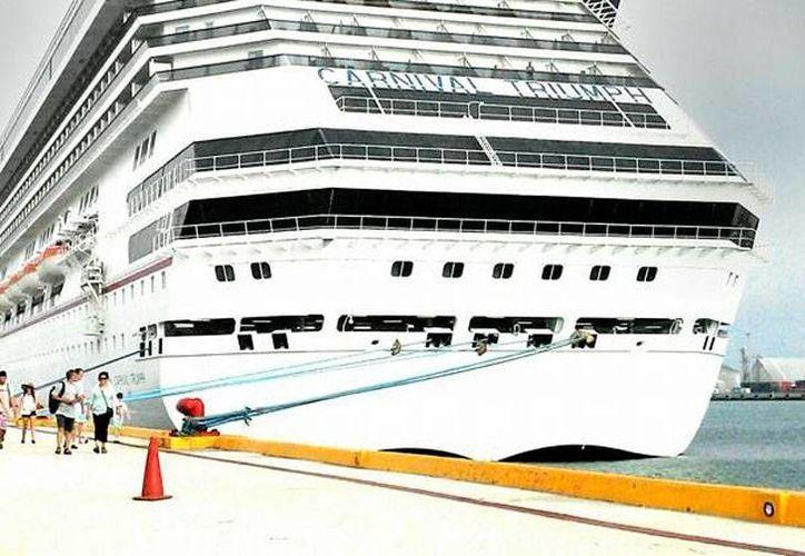 El crucero Carnival Triumph llegó esta mañana a Puerto Progreso; descendieron apenas unos mil turistas, de los que la mitad recorrió el puerto. (Óscar Pérez/SIPSE)