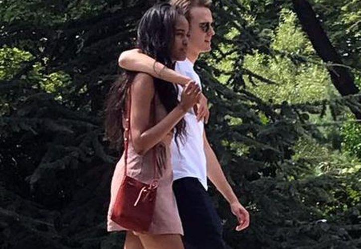 Malia Obama fue captada de paseo por París acompañada de su novio, el británico Rory Farquharson. (Quién)