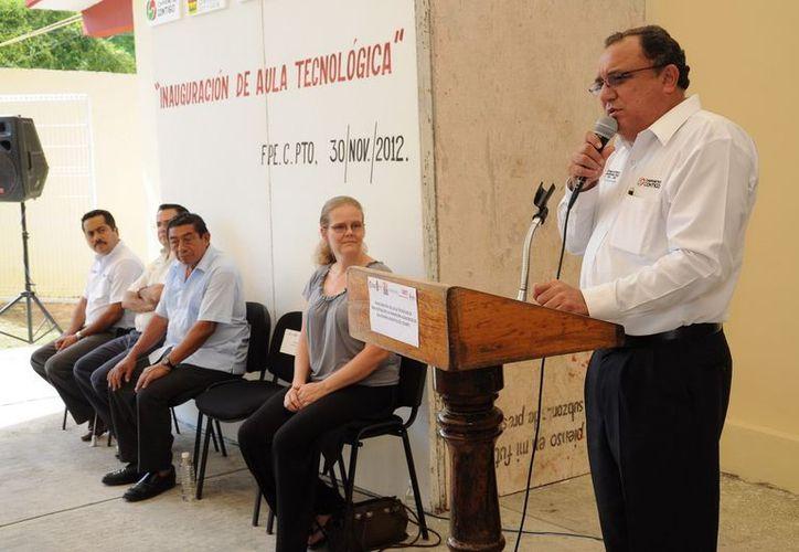 El secretario de Educación, Eduardo Patrón Azueta, en la inauguración del aula Tecnológica del Conafe. (Cortesía/SIPSE)