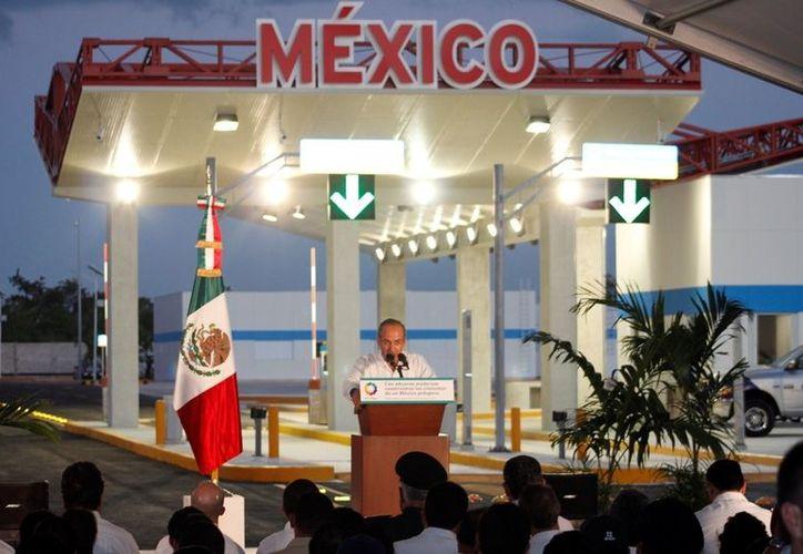 La Asociación de Agentes Aduanales de México, otorgaron al presidente un reconocimiento por el esfuerzo para modernizar las aduanas mexicanas. (Ernesto Neveu/SIPSE)