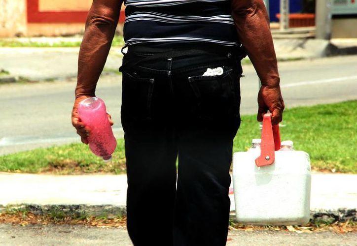 El fuerte calor propicia que aumente el consumo de líquidos. (José Acosta/SIPSE)