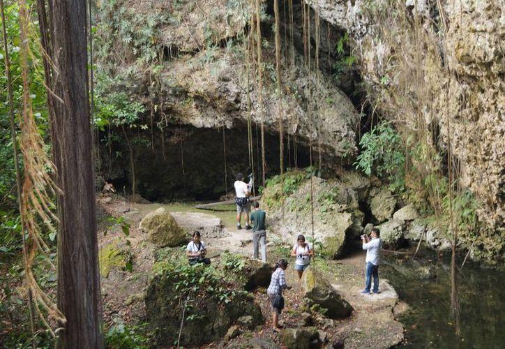 La majestuosidad del Cenote de la Vida es admirada por los visitantes. (Rubí  Velázquez/SIPSE)