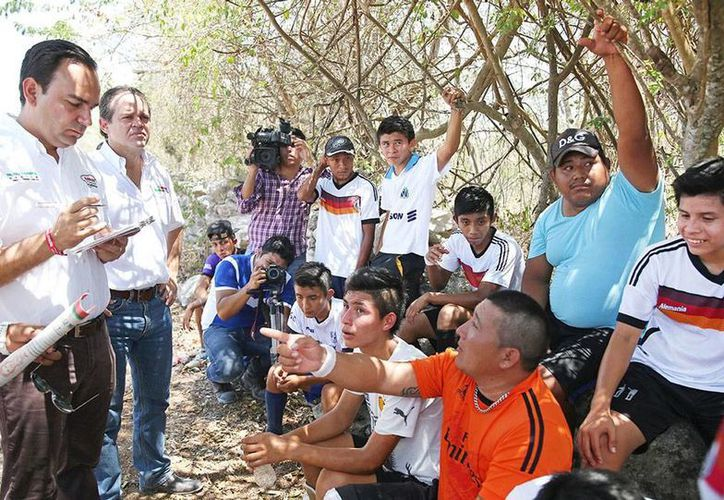 Nerio Torres escuchó de viva voz las demandas de los vecinos de la comisaría de Sierra Papacal, Mérida. (Milenio Novedades)
