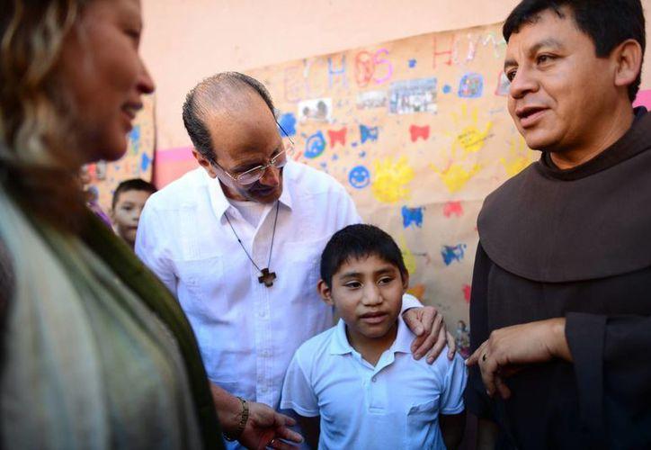 El Padre Solalinde convivió con migrantes en Mérida. (Luis Pérez/SIPSE)