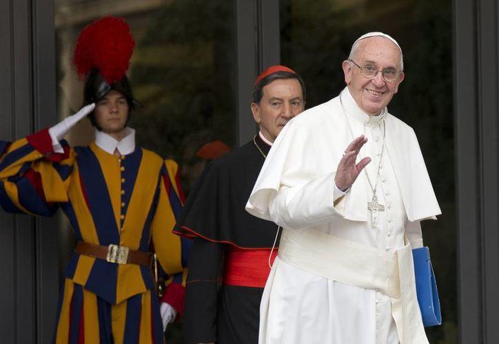 El Papa Francisco saluda a la prensa al salir de una sesión en la mañana del Sínodo de los Obispos, en el Vaticano, este viernes. (Foto AP/ Alessandra Tarantino)