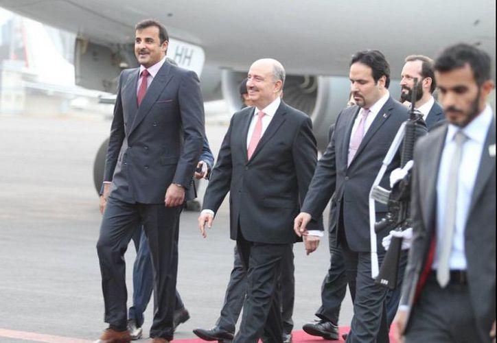 El emir de Qatar, Jeque Tamim bin Hamad Al-Thani (izq), fue recibido por el subsecretario de Relaciones Exteriores, Carlos de Icaza, en el hangar presidencial de la Ciudad de México. (Notimex)