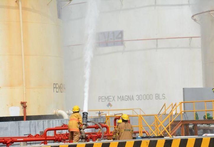 El simulacro de incendio en una terminal de Pemex, a un costado de la carretera Mérida-Umán.   duró aproximadamente 45 minutos y fue exitoso. (Foto: cortesía de Pemex)