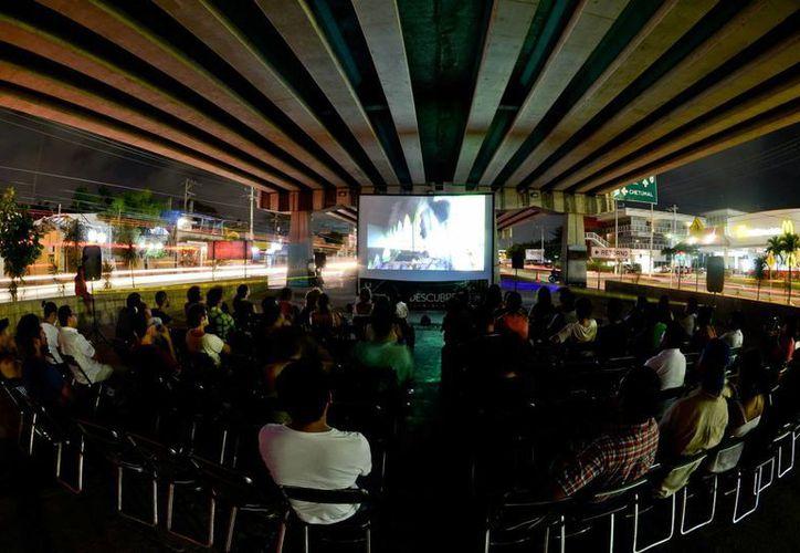 """El proyecto """"Puente con la comunidad"""" ha llevado el cine a lugares públicos como los bajopuentes de Playa del Carmen. (Cortesía)"""