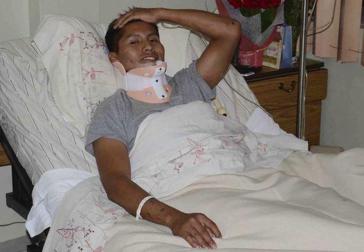 Erwin Tumiri se encuentra en una clínica en Cochabamba, Bolivia, después de sobrevivir al accidente de avión que mató a la mayoría del equipo brasileño de fútbol Chapecoense. (AP/Diego Cartagena)