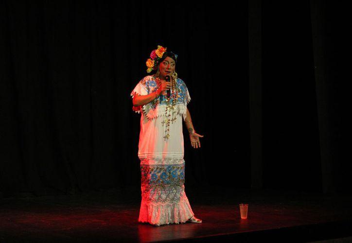 """Con un lleno total se presentó en el escenario del Teatro 8 de Octubre el comediante Iván Vázquez, mejor conocido en el medio del espectáculo como """"La Puruxona"""". (Faride Cetina/SIPSE)."""
