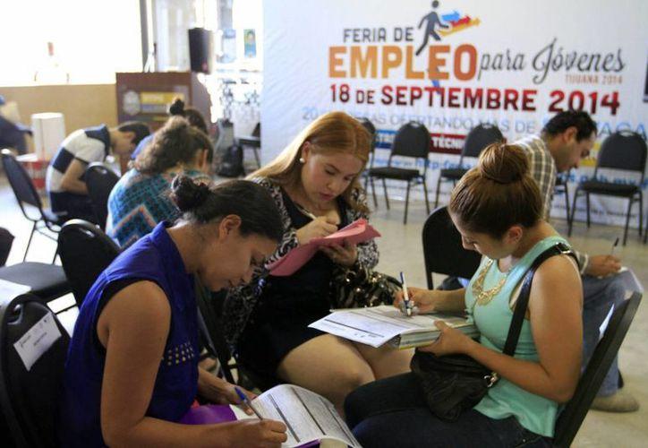 Al parecer, la época del currículum en papel quedó atrás, ya que siete de cada 10 mexicanos buscan trabajo por internet. (Archivo/Notimex)