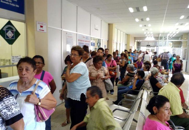 Largas filas se forman en el área de la farmacia del Issste de Lindavista. (Foto: José Acosta)