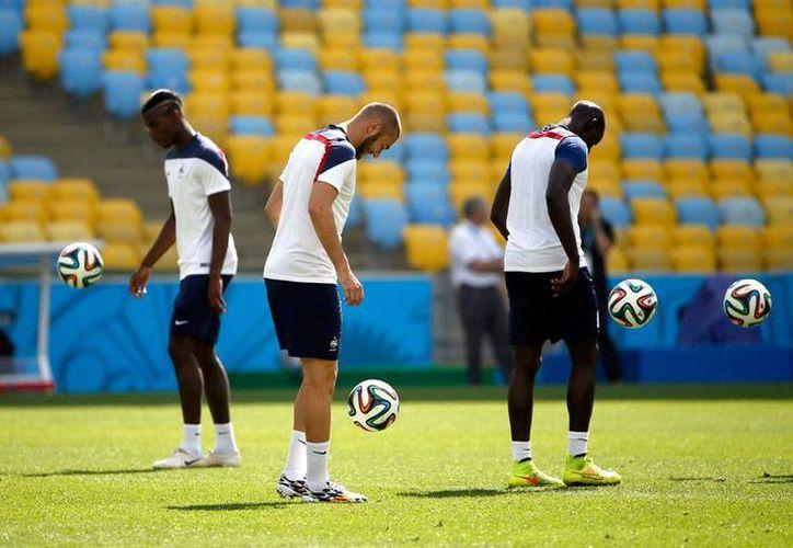 La Selección de Alemania prendió a la alerta: 7 jugadores están enfermos de gripa y no han entrenado. En la imagen, jugadores de Francia, rival de los teutones, en un entrenamiento. (Efe)