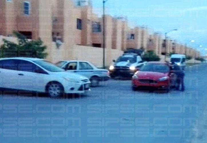 Elementos de Policía Municipal y Ministerial acordonaron los alrededores de la tienda y el lugar donde se encontraba el hombre 'secuestrado'.(Redacción/SIPSE)