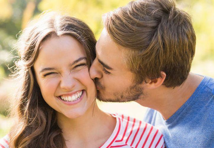Un beso en la mejilla indica amistad y afecto. (Pinterest)