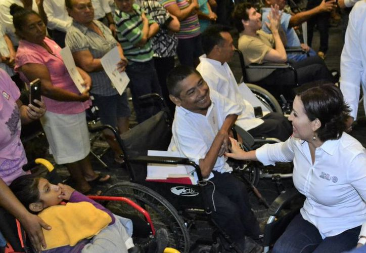 Rosario Robles, titular de Sedatu, con uno de los cientos de beneficiarios en la entrega de casas adaptadas en Yucatán. Robles estuvo acompañada por el gobernador Rolando Zapata. (Fotos: SIPSE)
