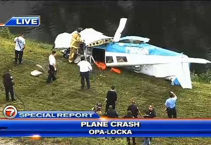 Captura de pantalla del desplome del aparato bimotor Cherokee PA-28. (WSVN/vía www.elnuevoherald.com)