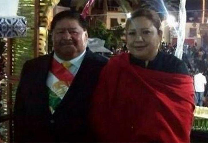 El alcalde de Izúcar con la banda presidencial puesta duranta la ceremonia de El Grito en Puebla. A un lado,su esposa. (excelsior.com.mx)