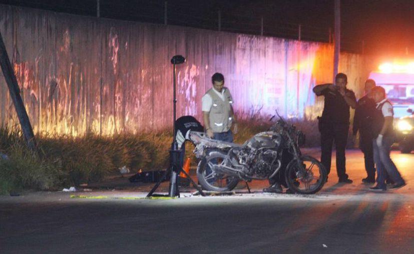 Imagen de los peritos de la FGE en la escena del accidente. El motociclista murió de manera instantánea debido al golpe que recibió en el pavimento. (Milenio Novedades)