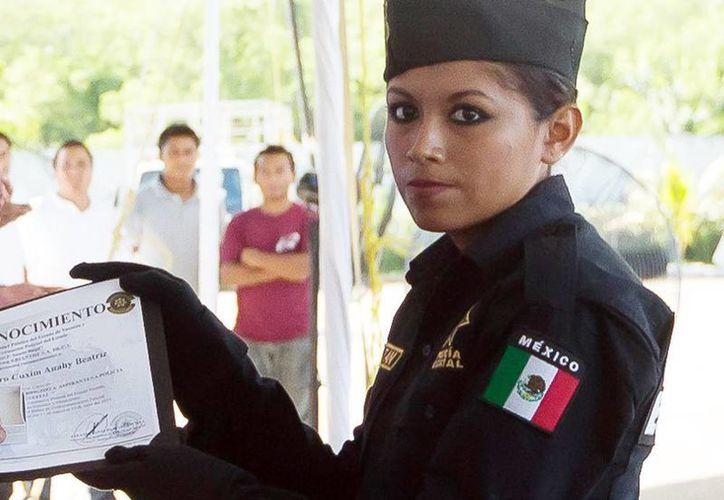 Imagen de una de la mujeres graduadas de la Secretaría de Seguridad Pública. (Milenio Novedades)