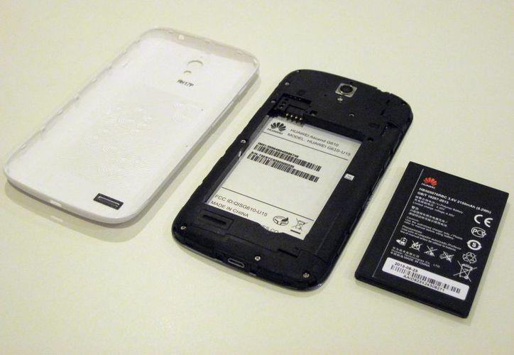 Los teléfonos inteligentes tienen mayor consumo de energía por la variedad de aplicaciones de los aparatos. (Francisco Gálvez/SIPSE)
