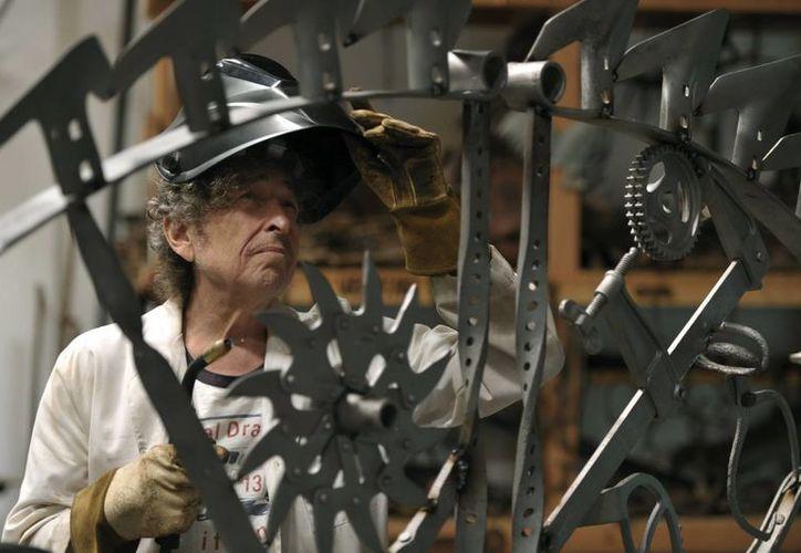 El músico estadounidense Bob Dylan trabajando el hierro en su estudio. (Agencias)