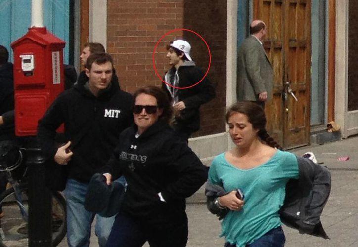 La foto muestra a Dzhokhar A. Tsarnaev alejándose de la escena de las explosiones. (Agencias)